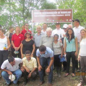 Los activistas agrupándose en uno de los nuevos letreros del proyecto.